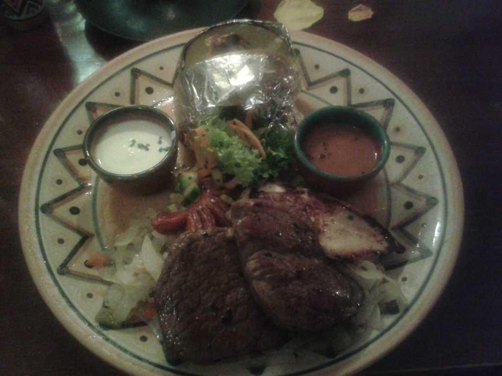 """""""Carne El Dorado""""-eine Fleischplatte mit Hüftsteak vom Angusrind, Rinderfilet, Hähnchenbrustfilet auf Chilizwiebeln mit Chorizo, einer Roquefortkartoffel und zwei Salsas für 18,50 €"""