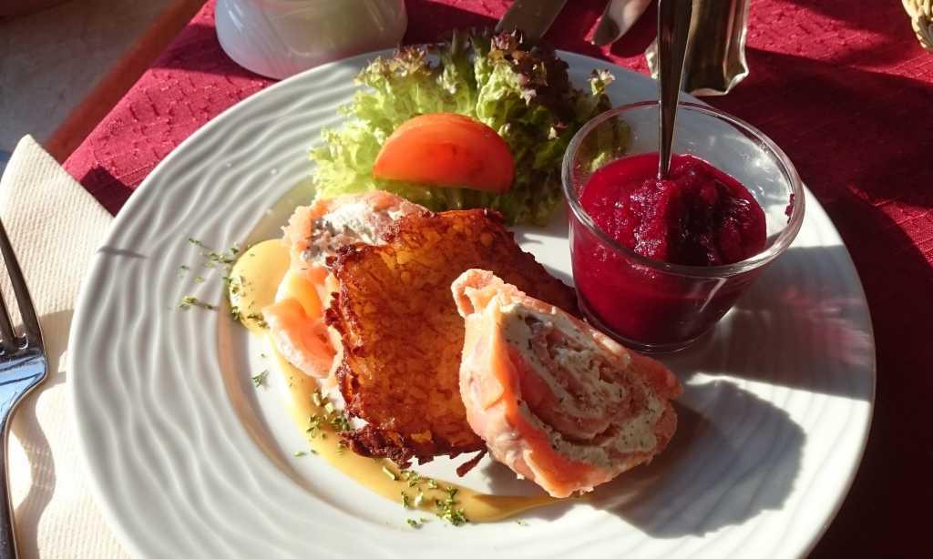 Räucherlachsroulade mit Frischkäsefüllung, auf Rote Beete-Smoothie, Sanddorn-Honig-Senfdillsauce und Reibekuchen