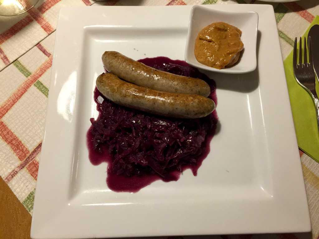 Zwei Lammbratwürste von Fränkischen Juralämmern mit Blaukraut, Zwetschgensenf und Bratkartoffeln