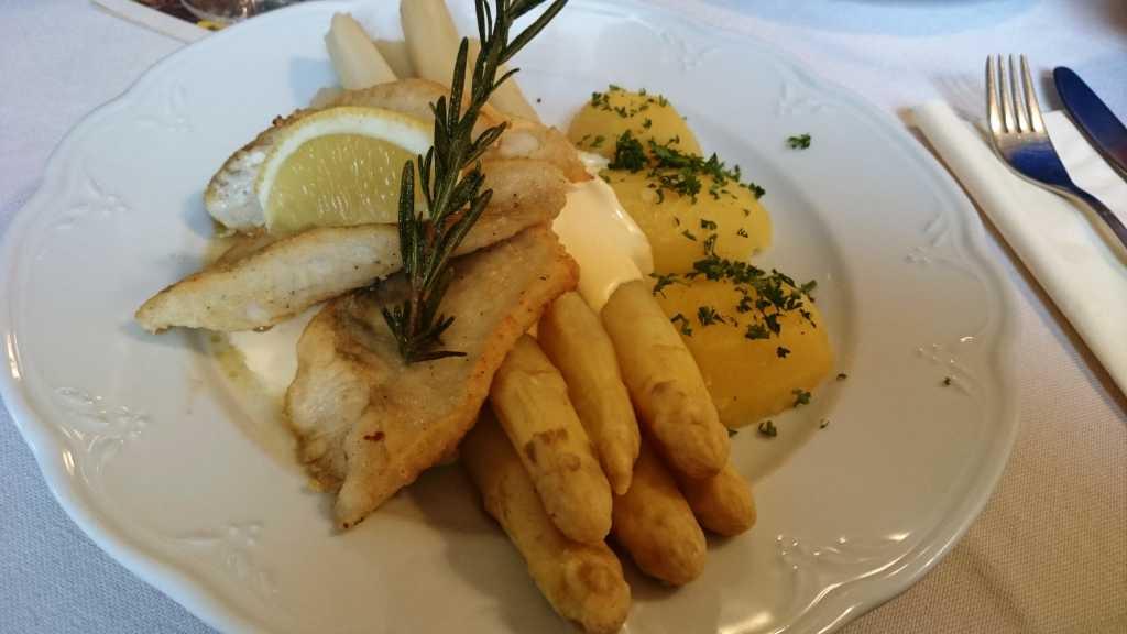 Zander-Spargel-Hollandaise-Kartoffeln
