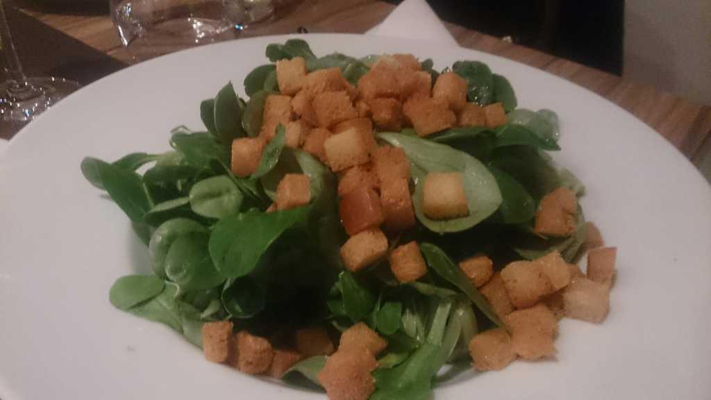 Feldsalat mit lauwarmem Kartoffeldressing, Brotcroûtons ohne Speck
