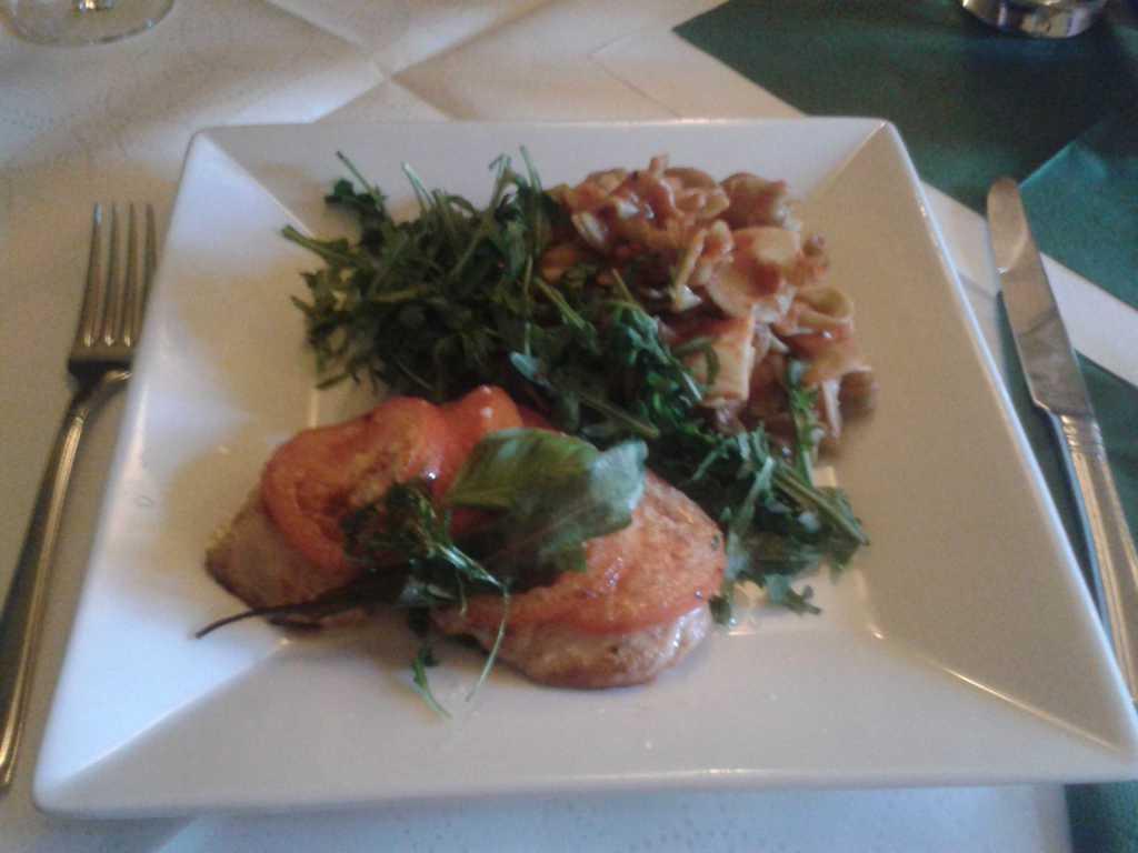 Hähnchenbrust mit Tomaten und Käse Überbacken, dazu Tomatennudeln mit Rucola