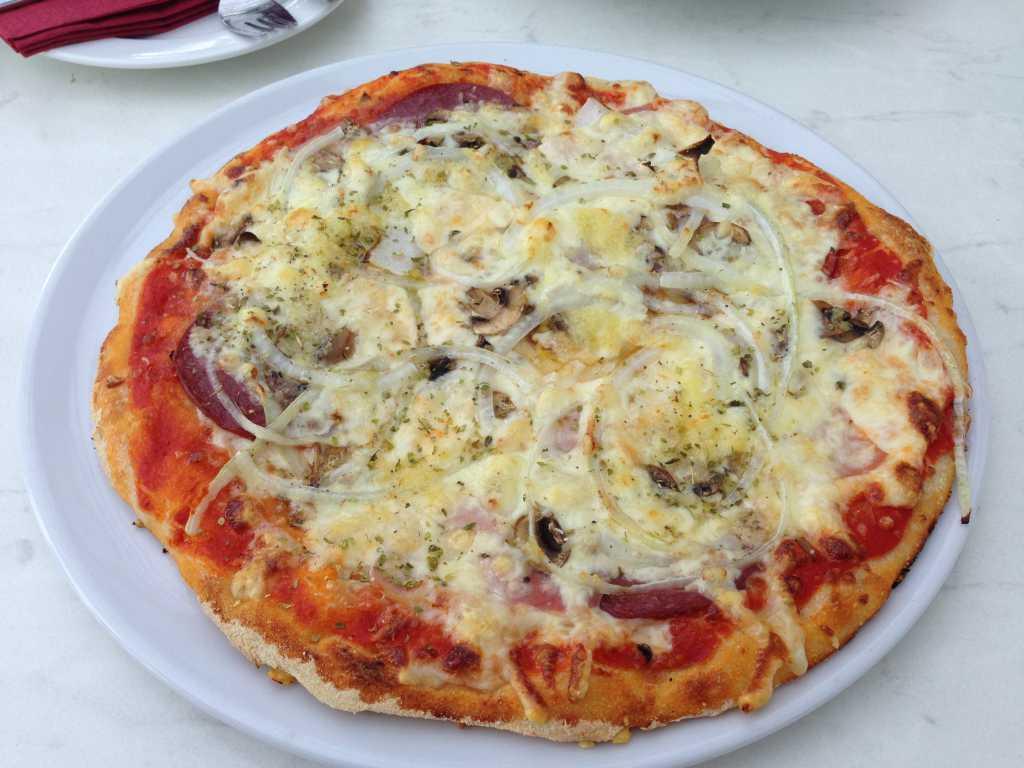 Pizza Special plus Extra Knobi und Zwiebeln