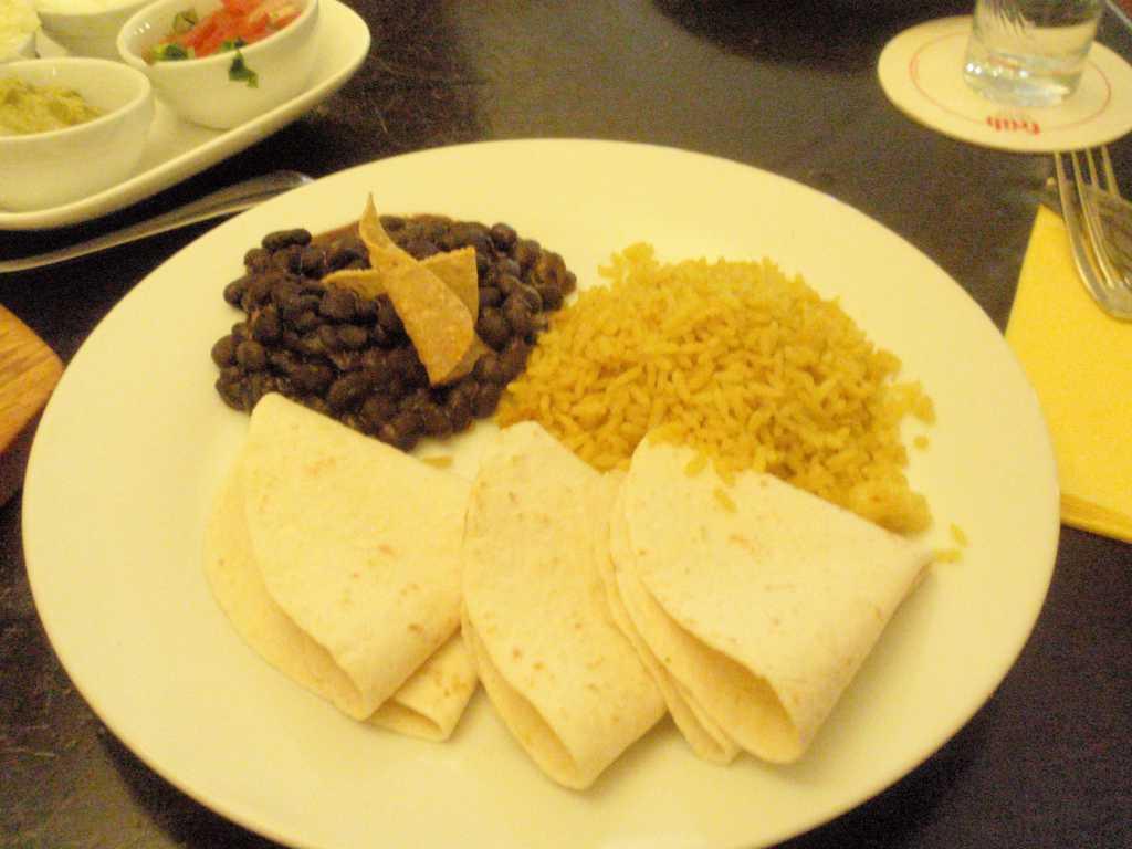 Teller mit Bohnen, Reis und Fladenbrot