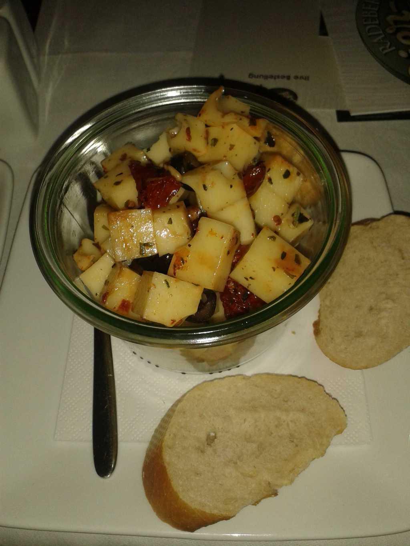 Marinierten Käsewürfel-in besten Olivenöl eingelegter Käse mit getrockneten Tomaten, Oliven und Kräutern für 6,90 €