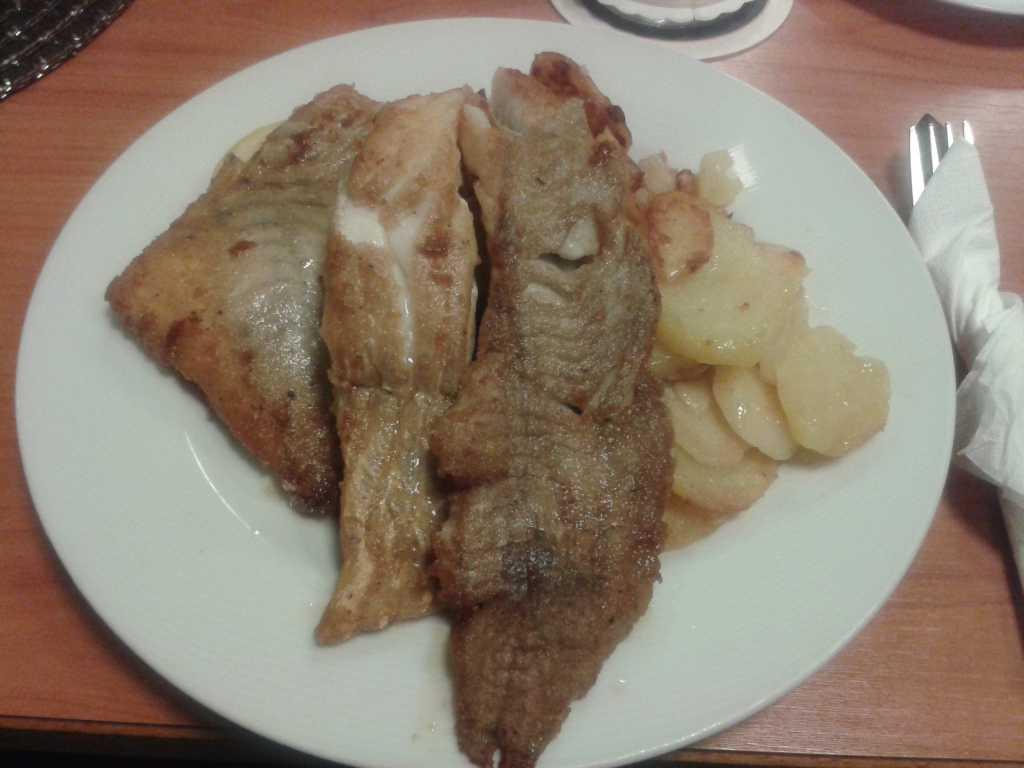 Fischbörsenteller mit gebratenen Seelachs, Rotbarsch und Dorsch mit Bratkartoffeln für 10,50 €