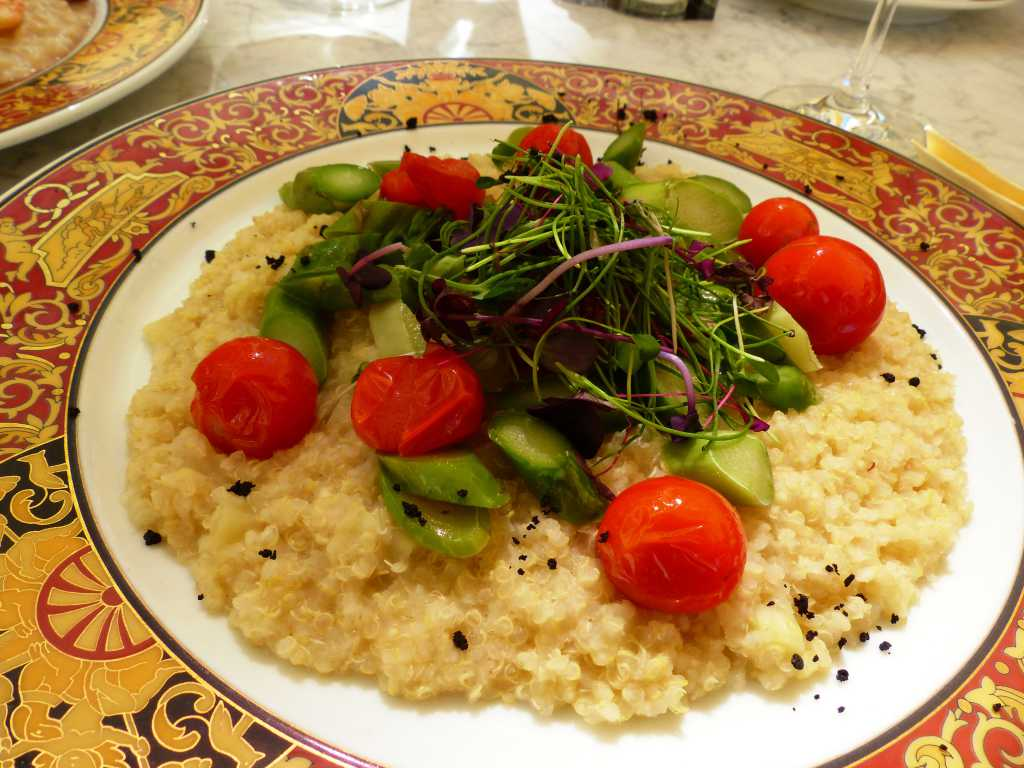 Quinoa-Apfel-Risotto mit grünem Spargel und Tomaten