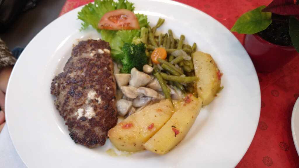 Bifteki gefüllt mit Schafskäse