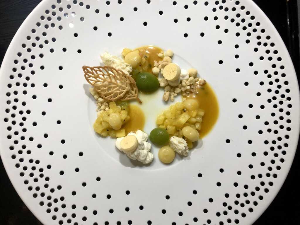 Yuzu - Cheesecake - Crème mit exotischen Früchten & Passionsfrucht-Mango-Sauce