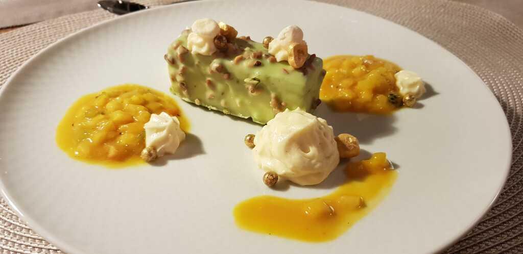 Macadamiaschnitte, exotisches Früchteragout, Kokosnusssahne