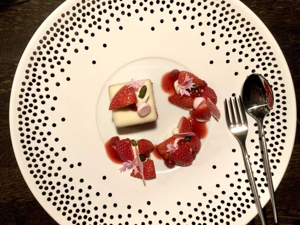Dessert aus Erdbeeren, Mascarpone & Pistazien