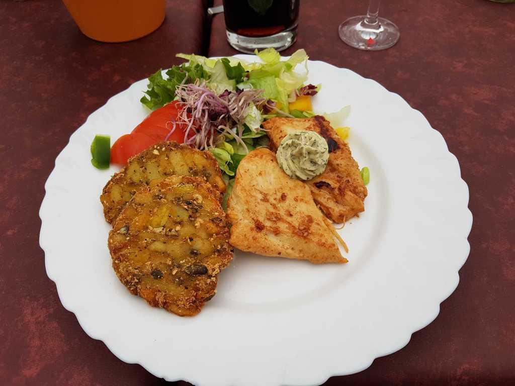 """den """"Zofenschmaus""""-gebratene Hähnchenbrust mit Kräuterbutter, Gemüserösti und Salat für14,10 €"""