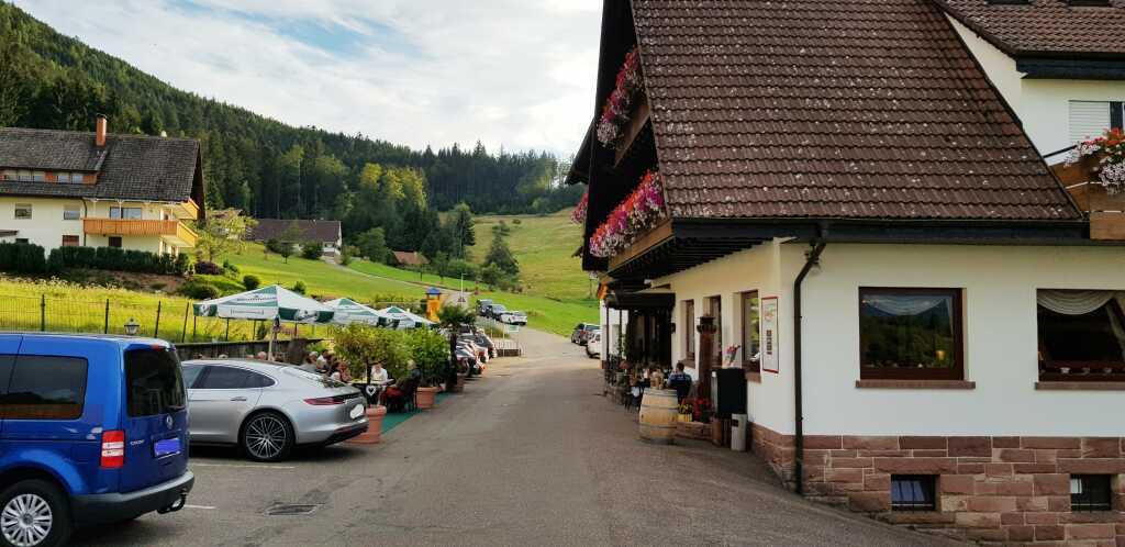 Der Biergarten an Straße und Parkplatz