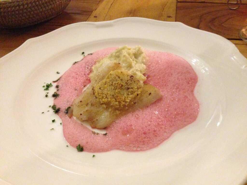 Filet vom Zander unter der Dijonsenf Kruste auf Vanillerahmkraut mit Rote Beete Schaum