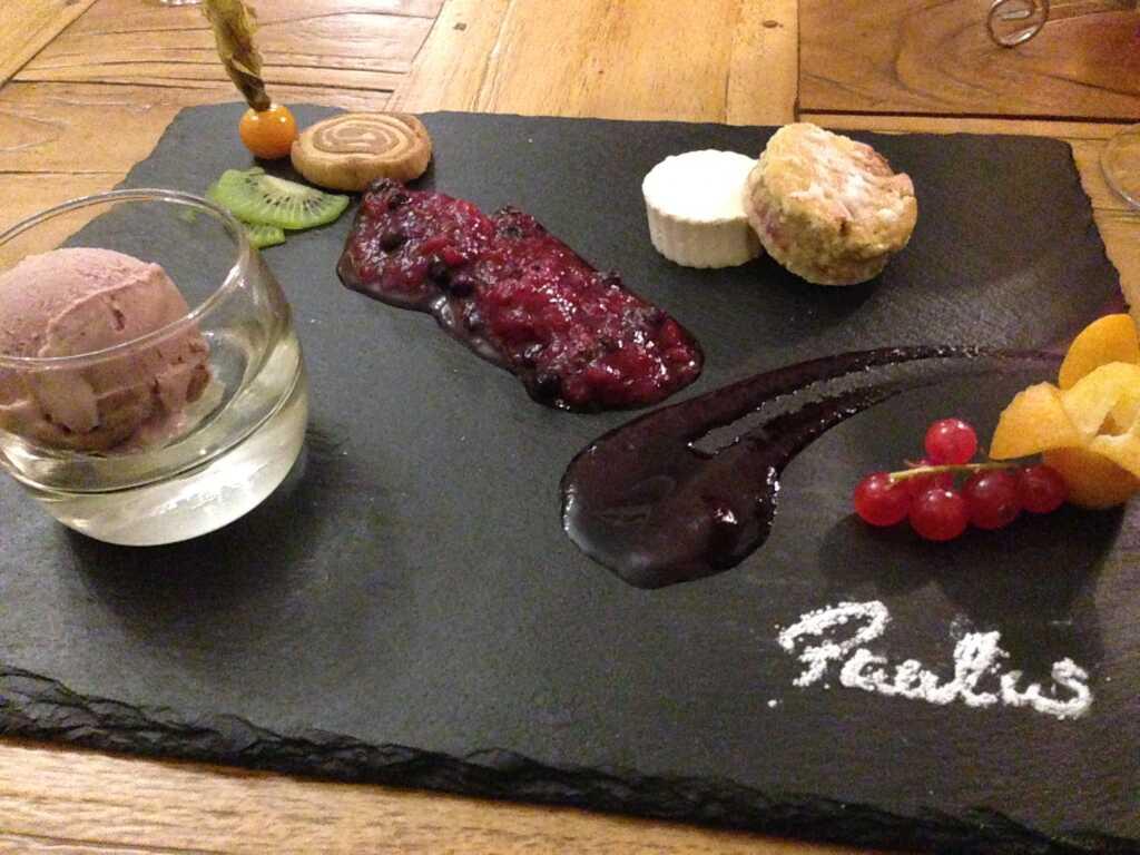 Spekulatius Panna Cotta Törtchen mit roten Waldfrüchten und Rotwein – Butter Eis