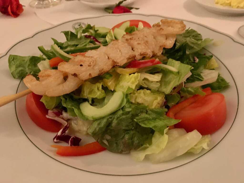 Großer Salatteller mit Scampi