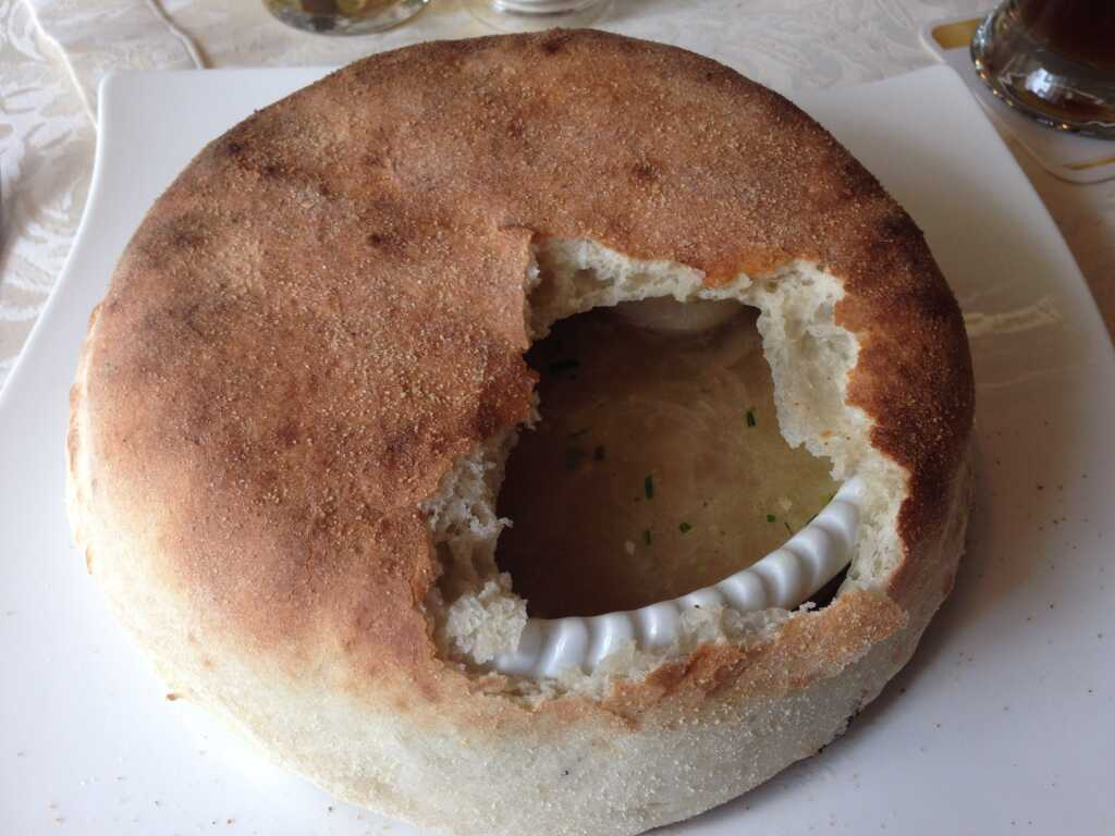 geöffnete Teighaube mit Zwiebelsuppe