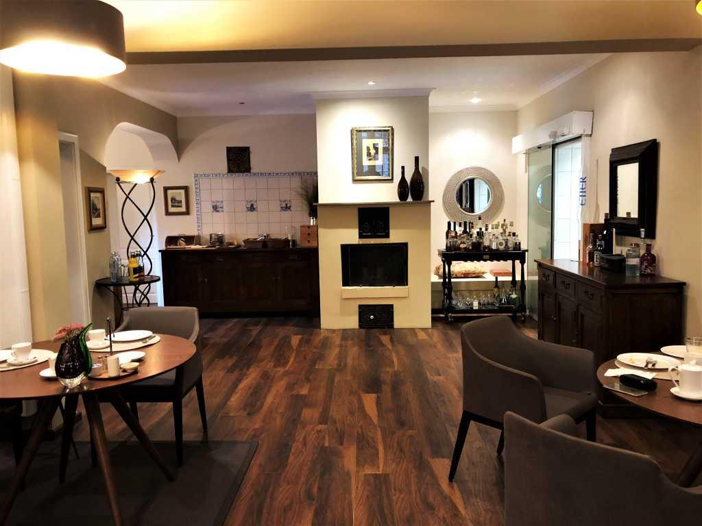 Interieur (abends mit Tischwäsche)