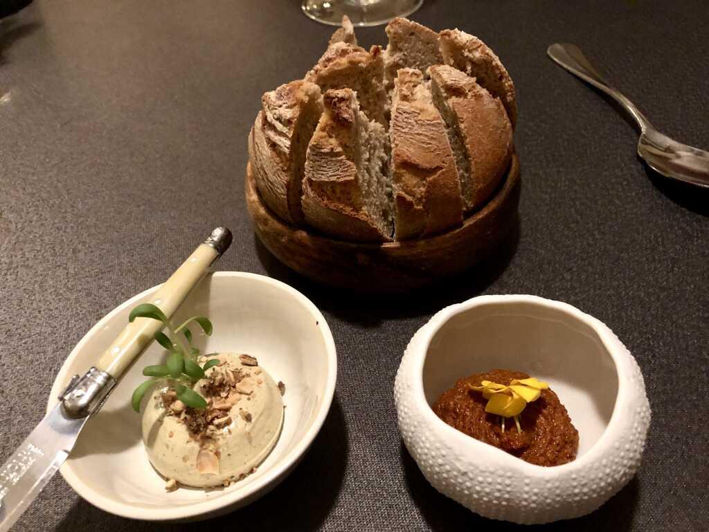 Brot, Kürbiskernbutter, Tapenade