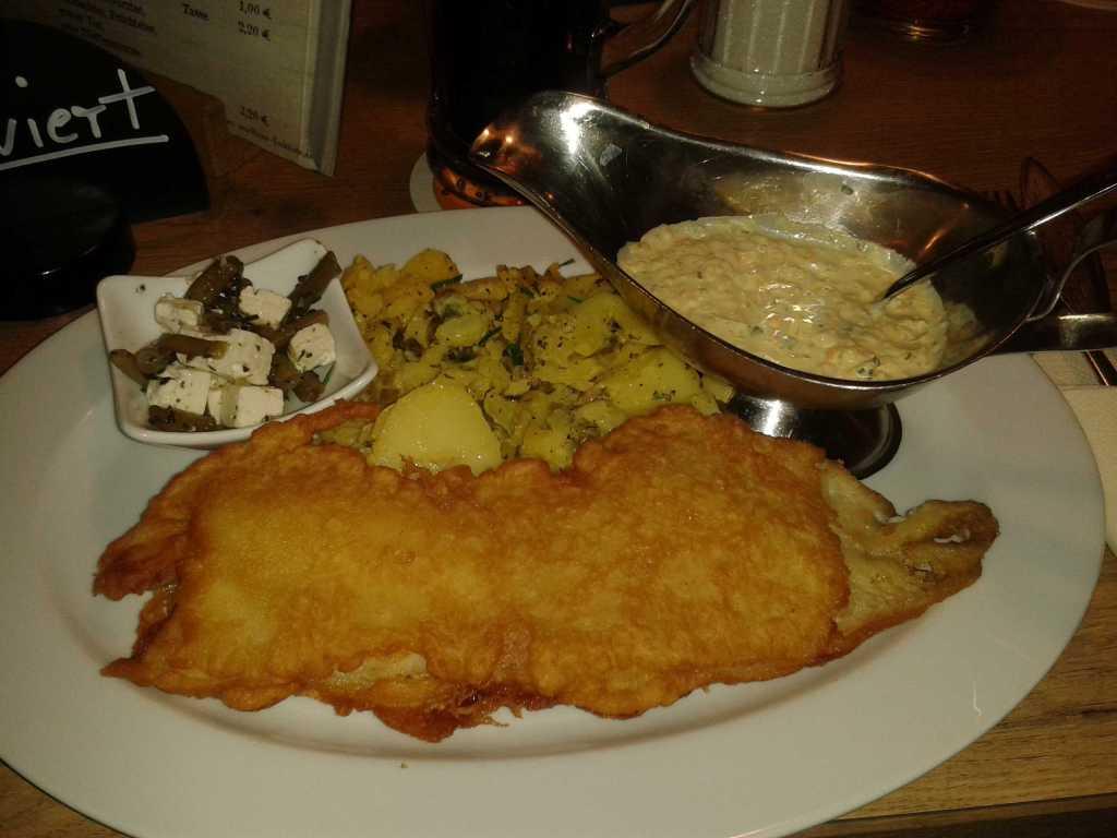 Dorschfilet in Bierteig mit Remouladensauce und hausgemachten Kartoffelsalat a´ 12,00 €
