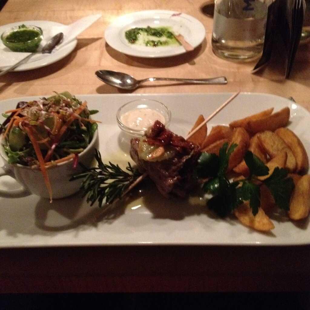 Paillard vom Rinderrücken mit Salat, gebackenen Kartoffelspalten und Knoblauch-Dip.