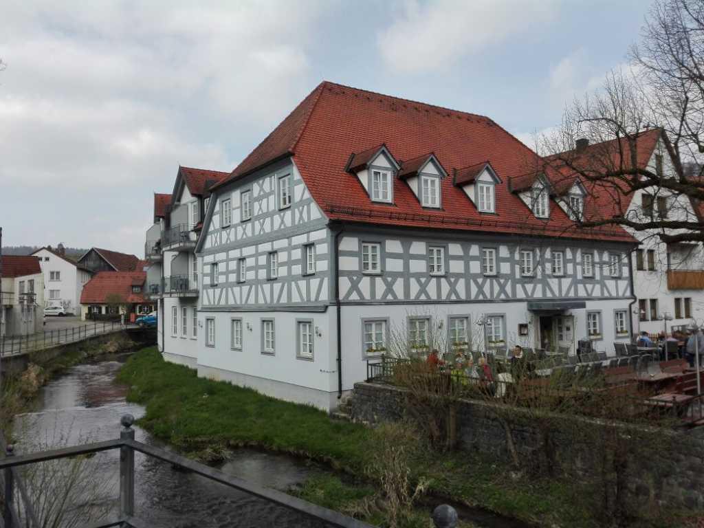 Haus mit Bachlauf
