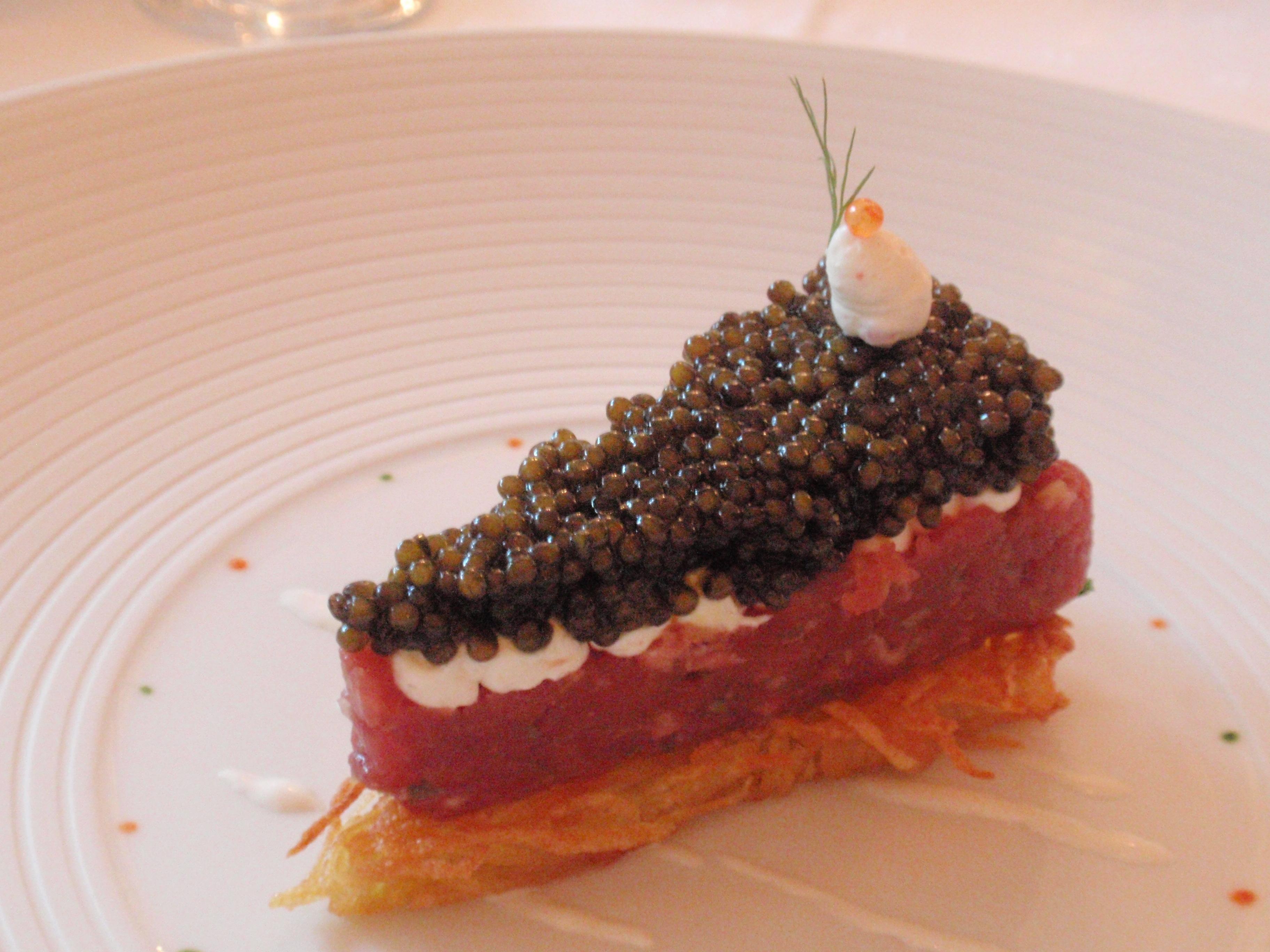 Torte aus Tatar und Kaviar