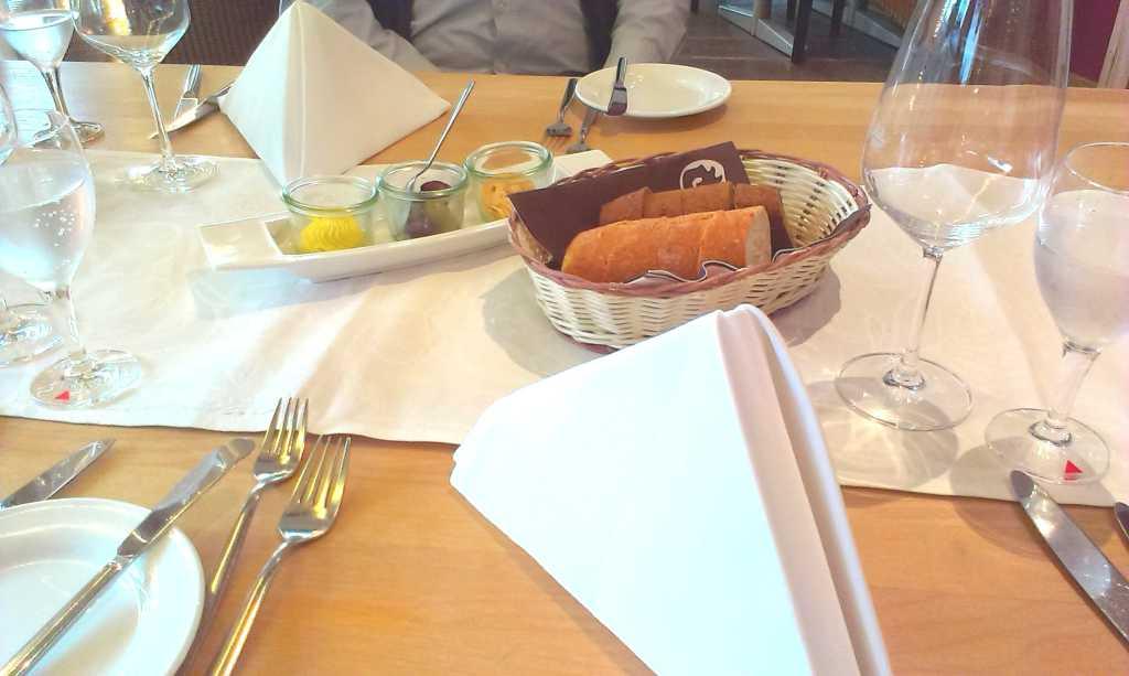 Brot und Beigabe am Platz