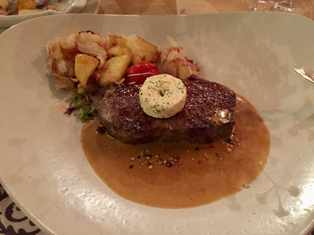 La Morocha Grand Beef – Rumpsteak – mit Bratkartoffeln mit Speck und Zwiebeln und einer Café-de-Paris-Butter