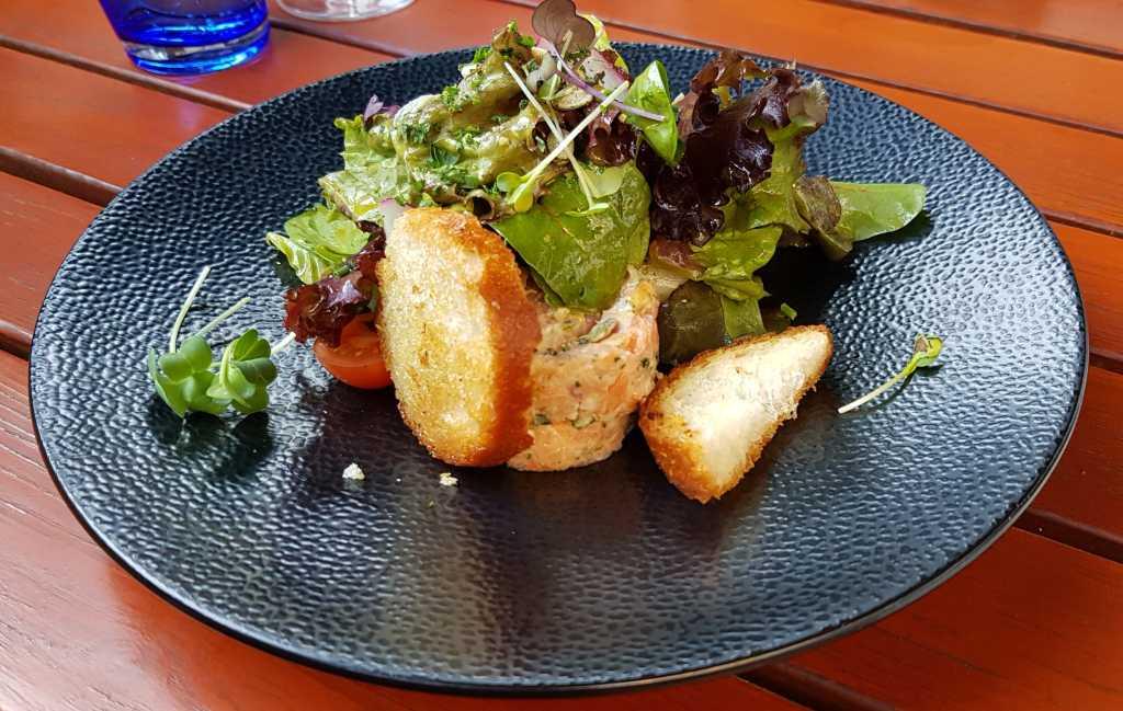 Lachstatar mit geröstetem Brot und (verstecktem) Spargelsalat