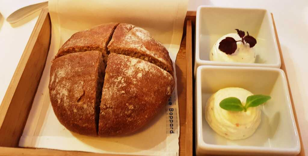 Kartoffelbrot und zweierlei Butter