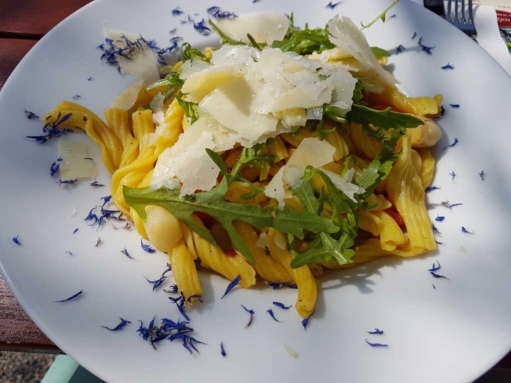 Garganelli mit Spargel und Parmesanscheibchen