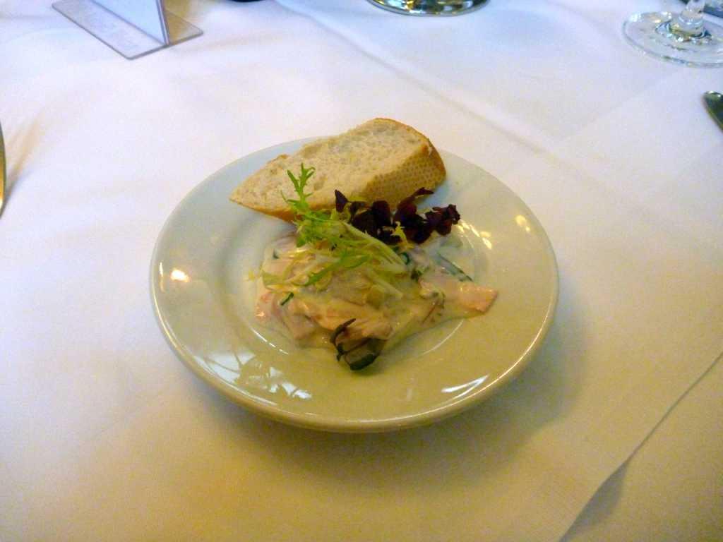 Fleischsalat mit Weißbrot