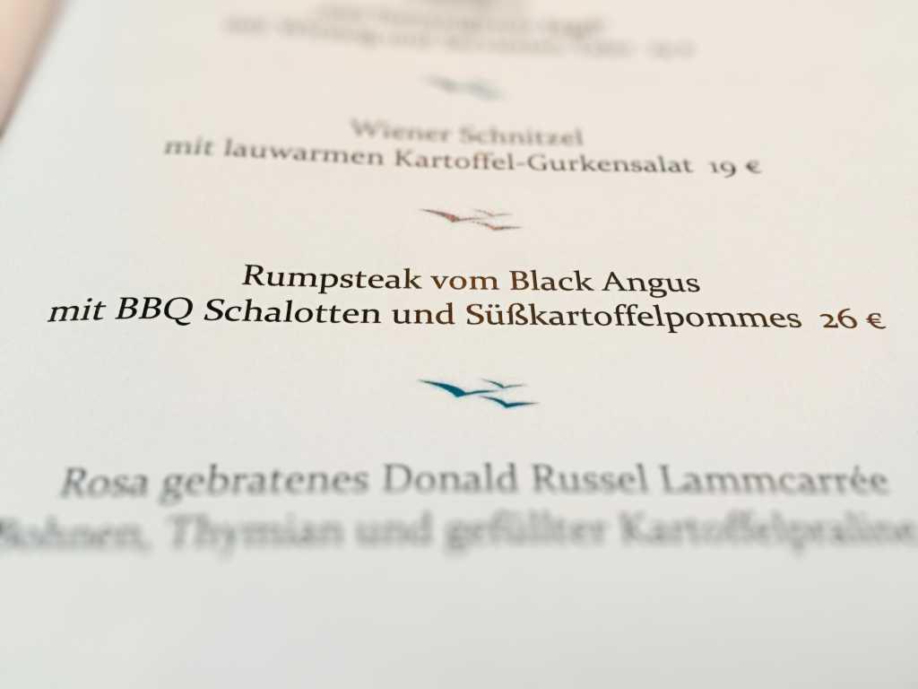 Rumpsteak vom Black Angus mit BBQ Schalotten und Süßkartoffelpommes (26 €)