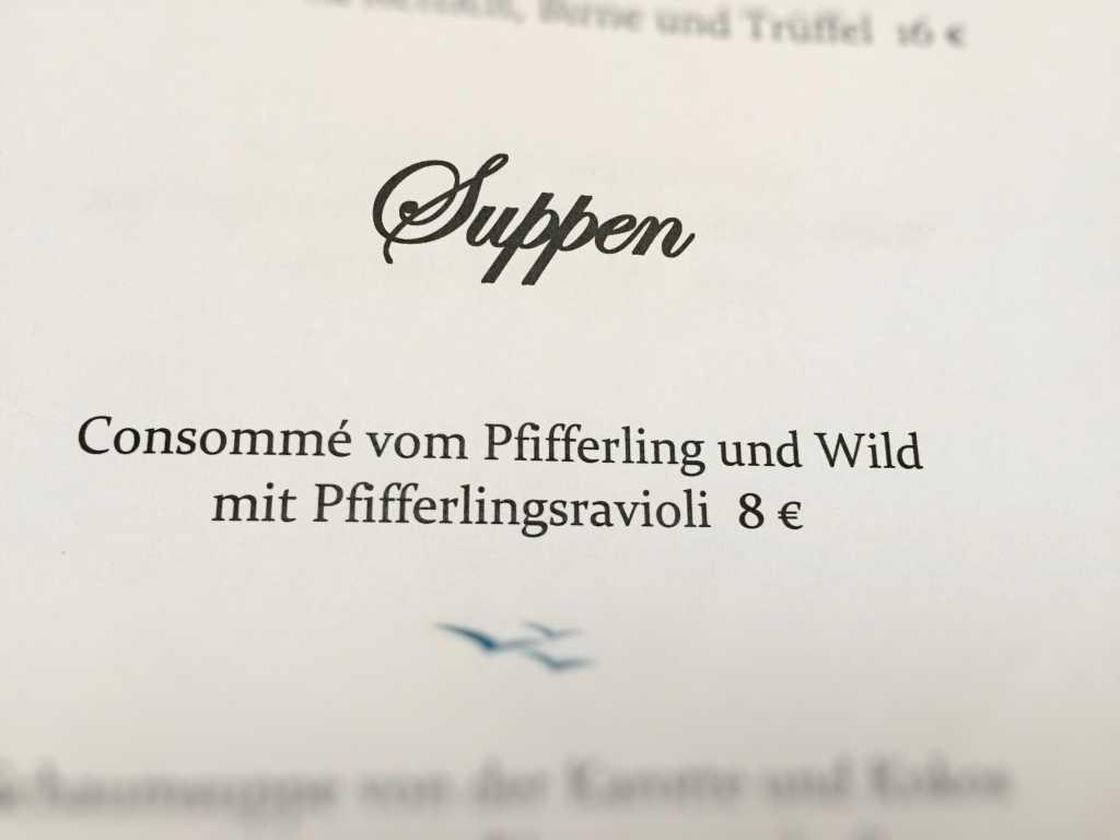 Consommé vom Pfifferling und Wild mit Pfifferlingsravioli (8 €)