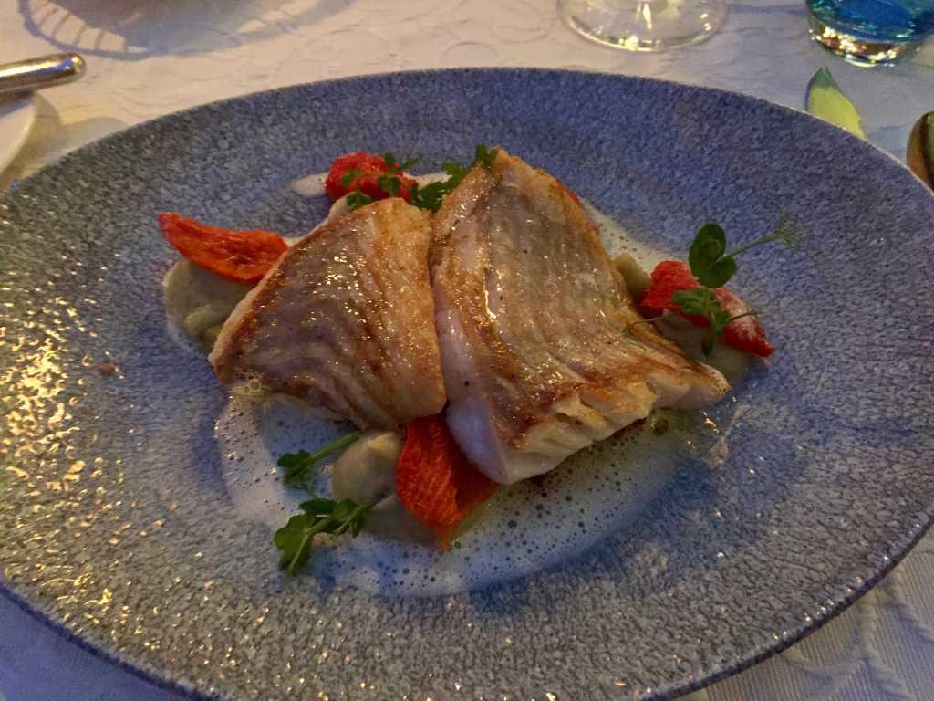 Gebratenes Filet vom Steinbeißer an Artischocke, Olivetti-Tomaten, Erdnußcrumble und Calamansi-Mandelschaum