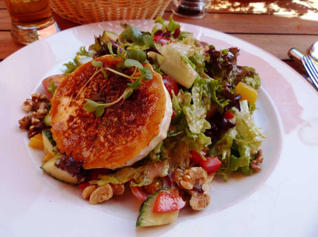 Blattsalate, Walnüsse, Honig, gebratener Ziegenkäse