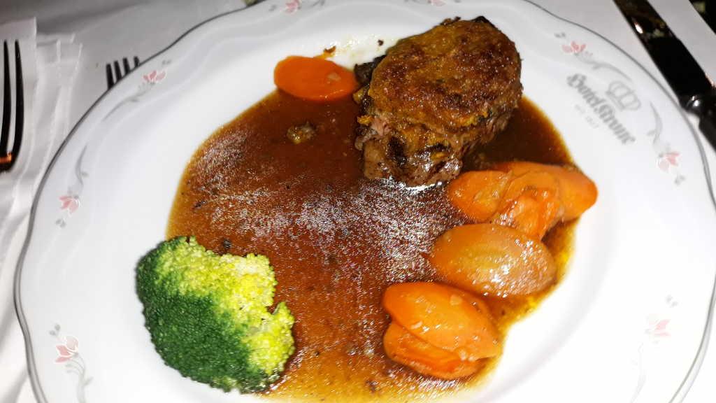 Rosa gebratenes Roastbeef mit Café de Paris Kruste
