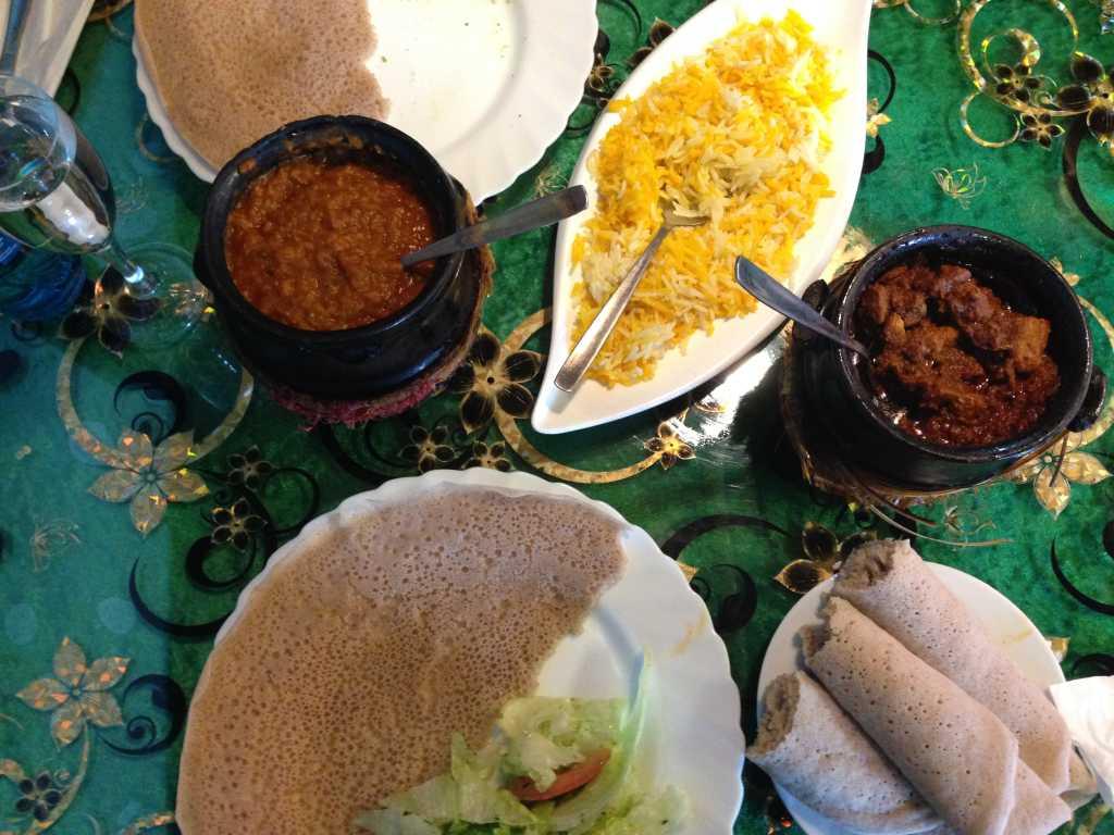 Timtumo & Dorho-Zigni mit zugehörigem Reis und Fladen