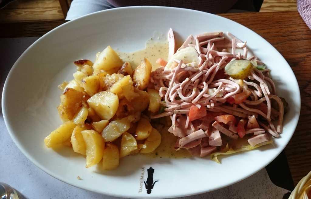 Wurstsalat mit Bratkartoffeln
