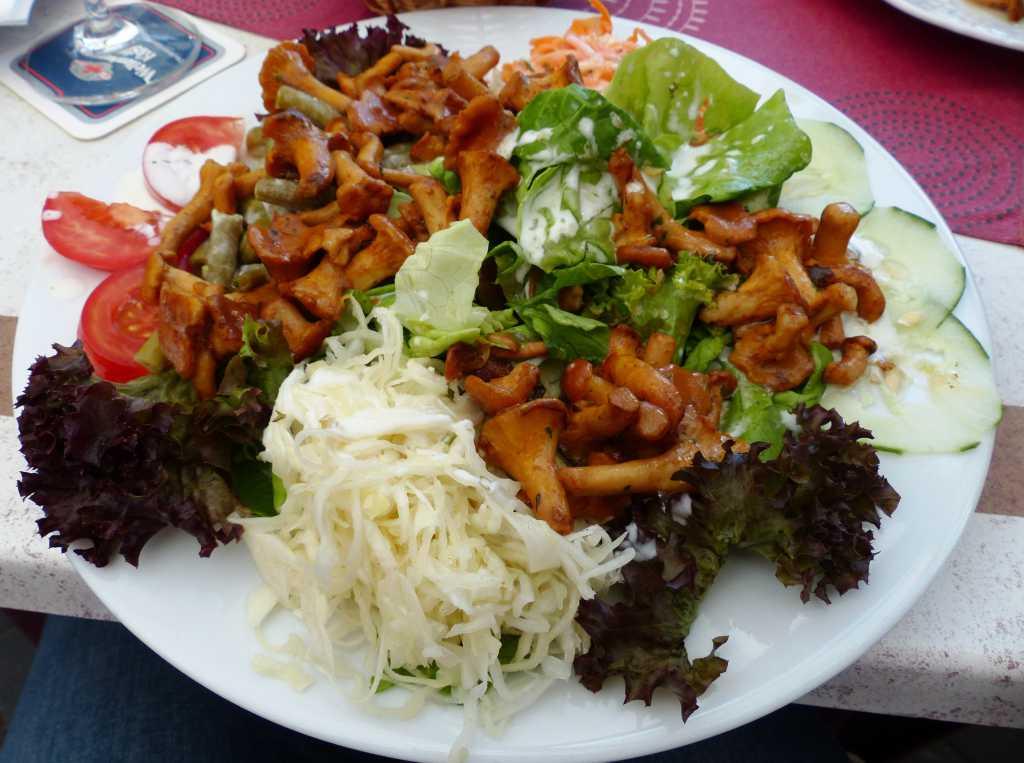 Bunter Salat mit fischen Pfifferlingen