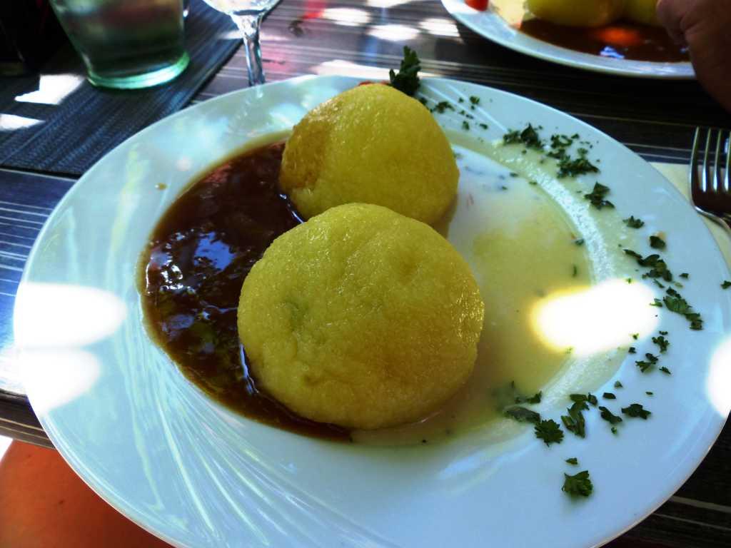 Thüringer Klöße, vegetarisch, gefüllt mit Blattspinat an Zwiebel und Meerrettichsauce