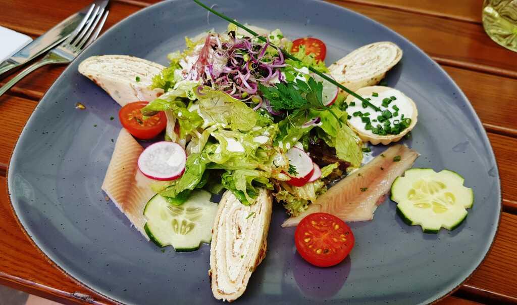Salat, Bibileskäs-Crepes, Räucherforellenfilet