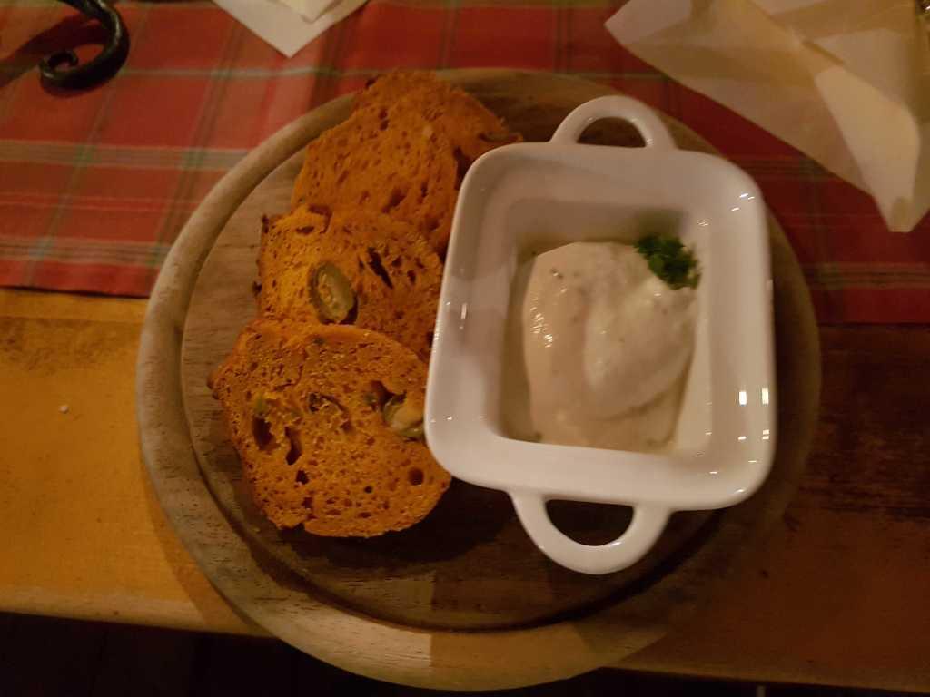 Pürierter Knoblauch mit Rosmarin und Schmand, gereicht mit hausgebackenen Olivenbrot für 5,90 €