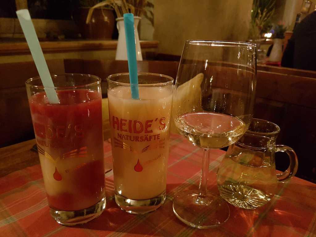 0,4ér Kiba und einen 0,4ér Bananenektar aus der Kelterei Oese für je 4,60 € sowie ein Schoppen Pinot Grigio für 6,50 €