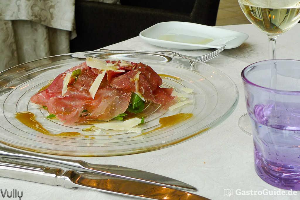 Bresaola auf Rucola mit Parmesanspähnen