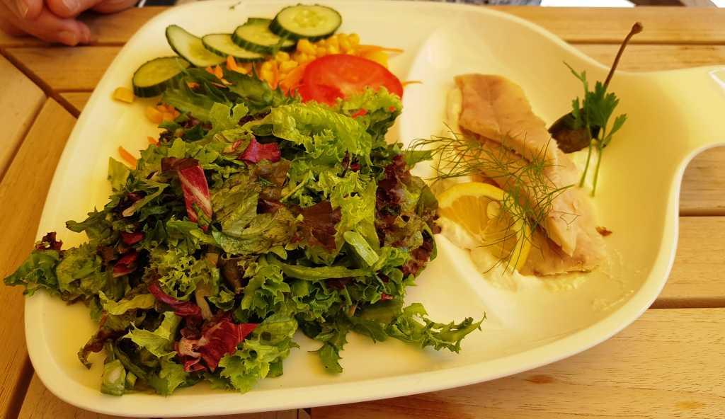 Salatteller mit geräucherter Eifeler Bachforelle, Meerrettichschaum