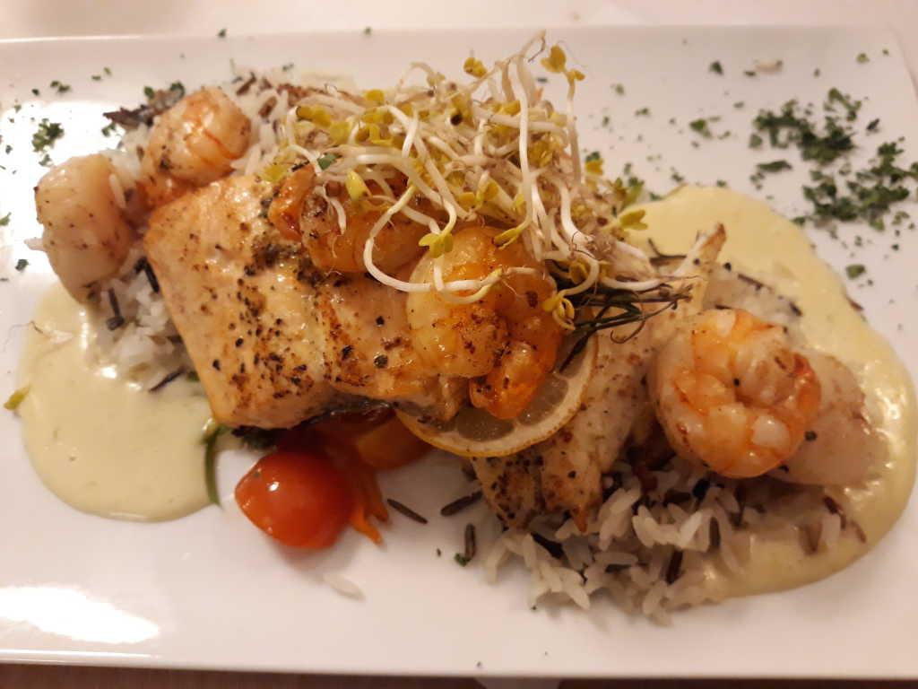 Fischpfanne auf dem Teller