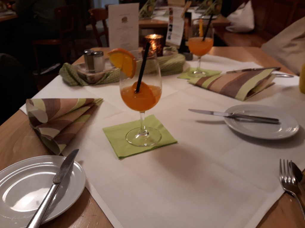 Unser Tisch schon mit Aperitif