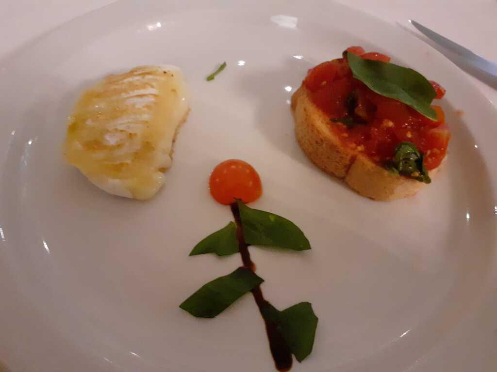 Gegrillter Käse und Bruschetta